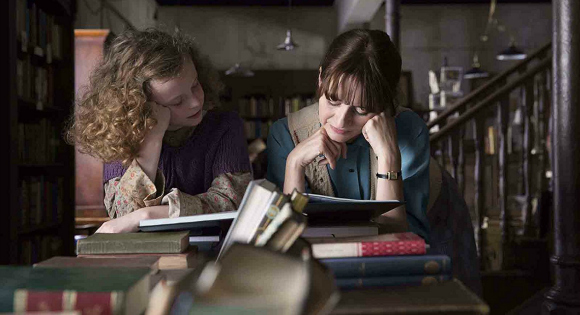 Emily Mortimer and Honor Kneafsey in The Bookshop (2017)