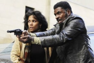 Halle Berry as Luisa Rey and Keith David as Joe Napier