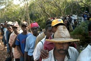 Haitians Looking for Work at the Border to the Dominican RepublicTitle