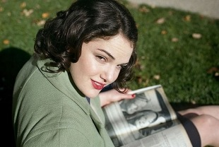 Elizabeth Raiss as a 1940s teenager