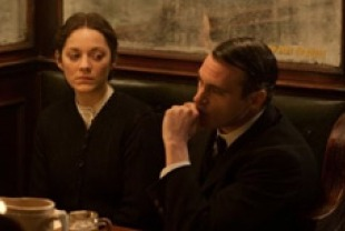 Marion Cotillard as Ewa and Joaquin Phoenix as Bruno